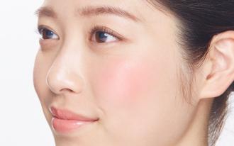 チークで血色感をプラス。明るく健康的な顔に仕上げましょう